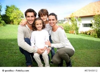 Familie im Eigenheim mit Bauherren Haftpflichtversicherung