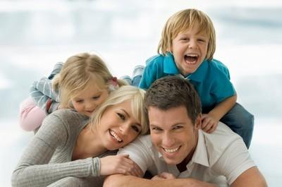 Glückliche Familie mit Risikolebensversicherung durch vervisio
