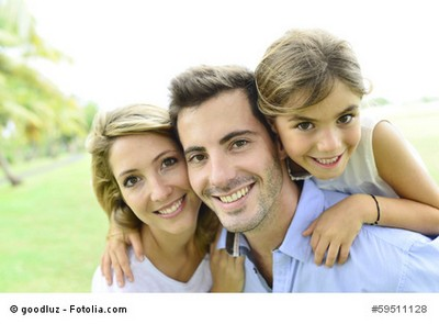Glückliche Familie durch Gewässerschaden-Haftpflichtversicherung